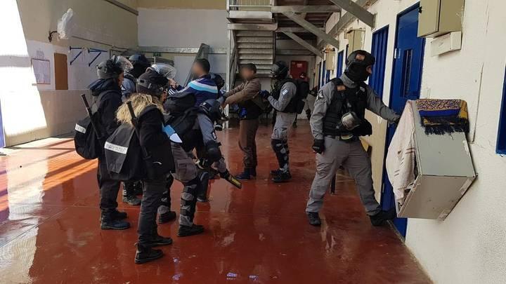 """""""نفير عام في سجون الاحتلال"""".. إسرائيل تعتدي على الأسرى وتدفع بالجيش لقمعهم"""